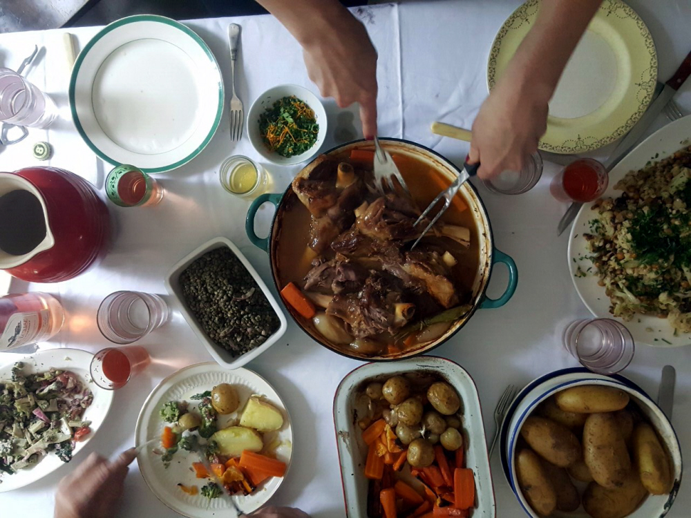 Bibliocook.com - lamb shanks at table