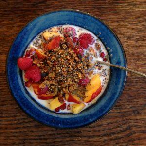 Bibliocook.com - summer porridge with garden raspberries, nectarines, cacao nibs, linseed and chia seeds